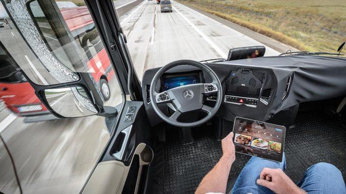 Camión autónomo aprendiendo de un conductor veterano