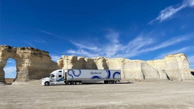 Camion de Plus ai atraviesa el desierto