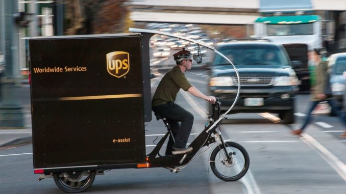 Ciclista de entrega de paquetes de UPS en Nueva York