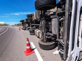 Camión accidentado por conducción distraída