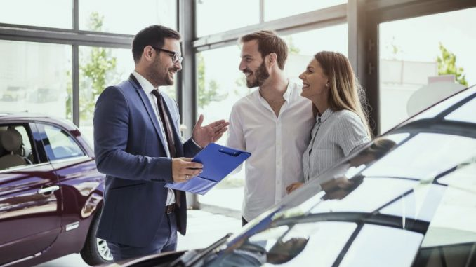 Personas comprando carro