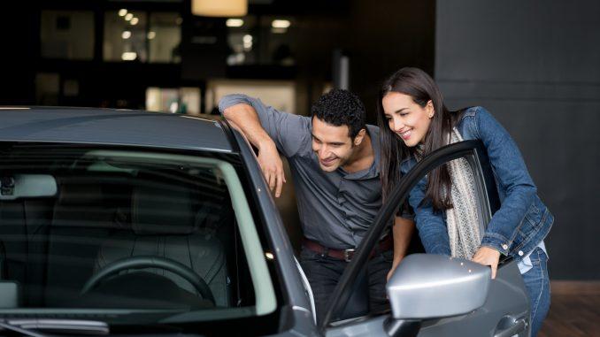 Personas comprando auto