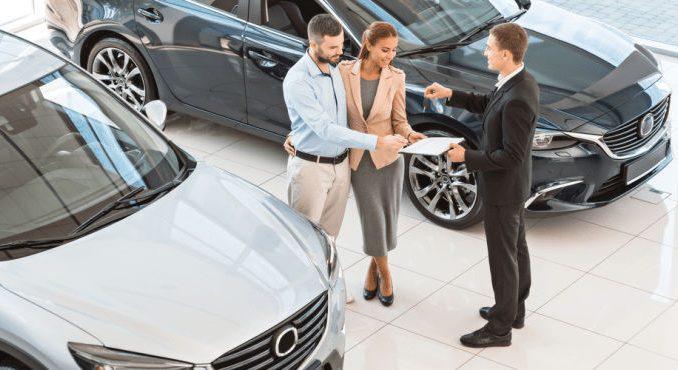 Personas comprando seguro de auto