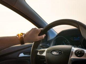 persona manejando en carretera
