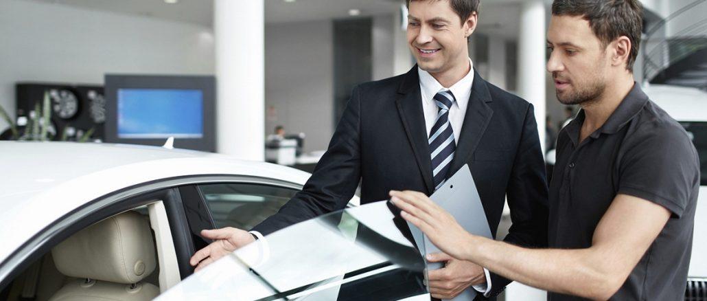 Persona comprando coche