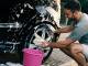 Hombre lavando auto..