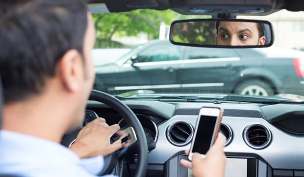 Persona realizando conducción distraída